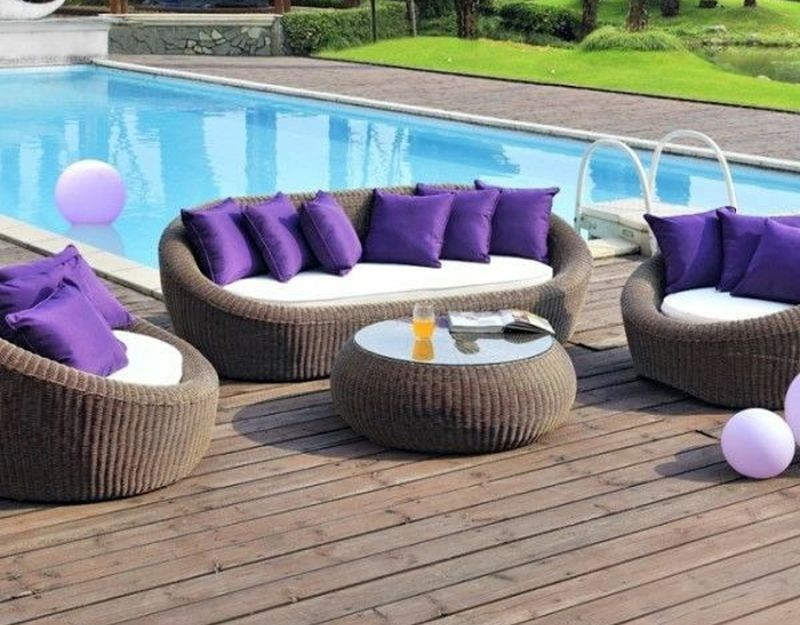 Kerti bútor lila párnákkal