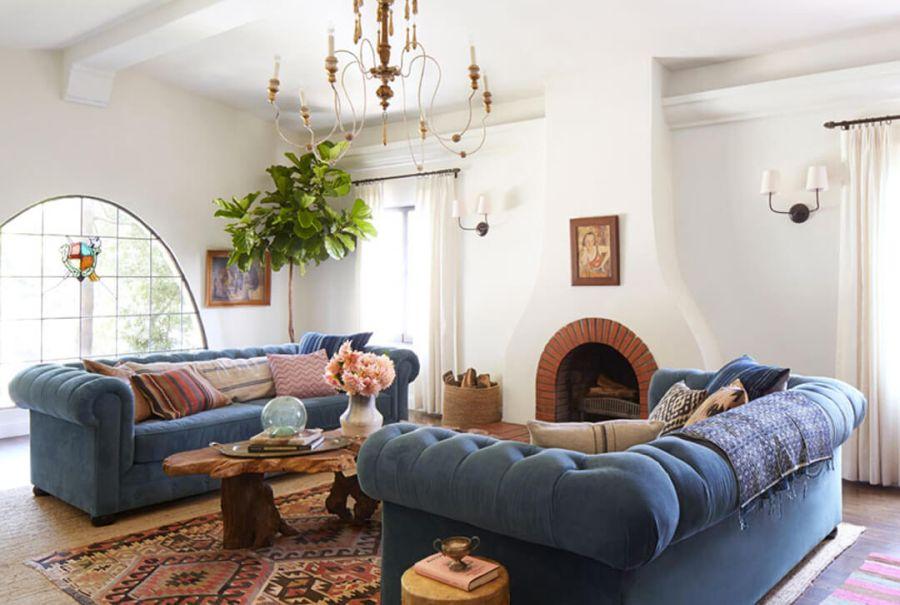Emily Henderson lakberendező nappali keleti szőnyeggel