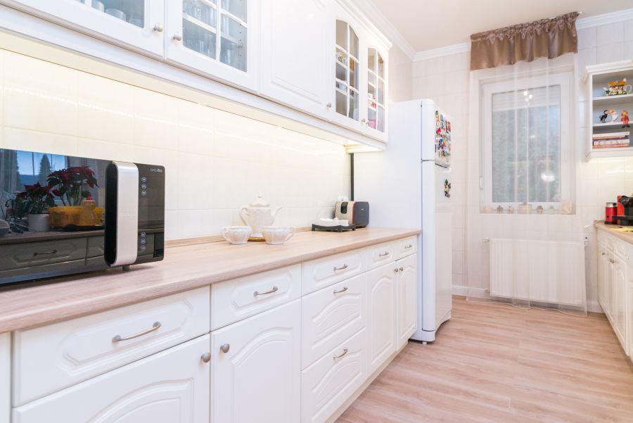 Fehér klasszikus konyhabútor bajuszíves