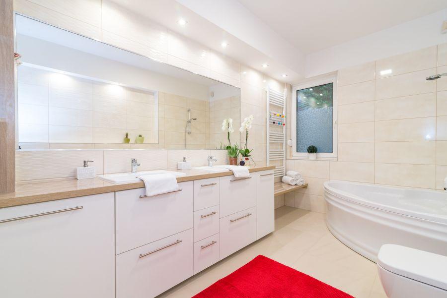 Modern fürdőszoba berendezés nagy hosszú tükörrel