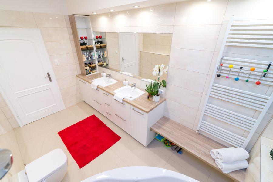 Dupla mosdód világos fürdőszoba sarokkád