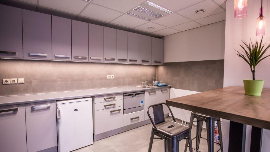 Kényelmes konyha az irodában