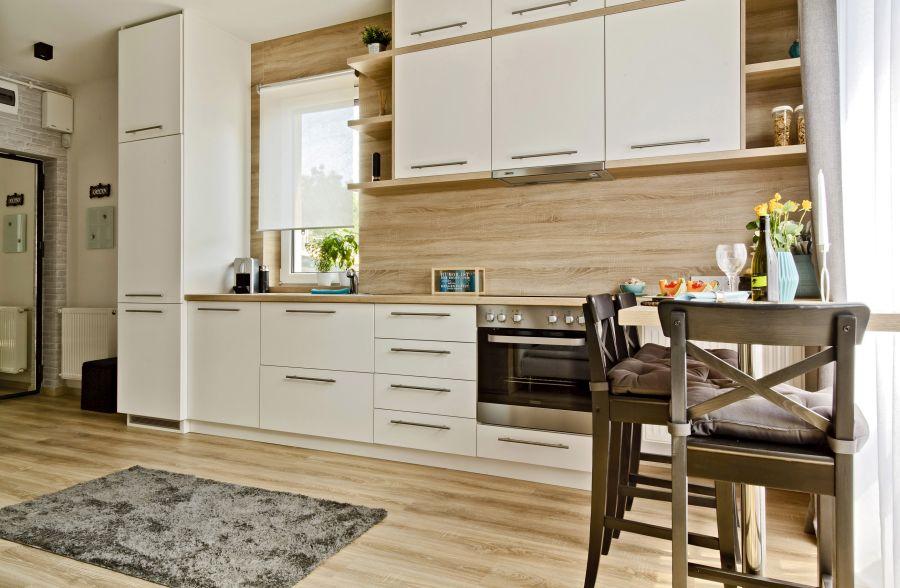 Tölgy színű konyha fehér fiókokkal