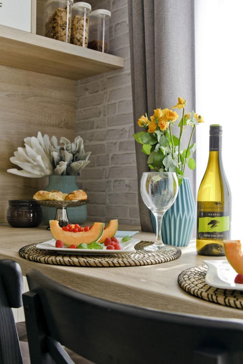 Terített asztal téglafal mintás tapétával