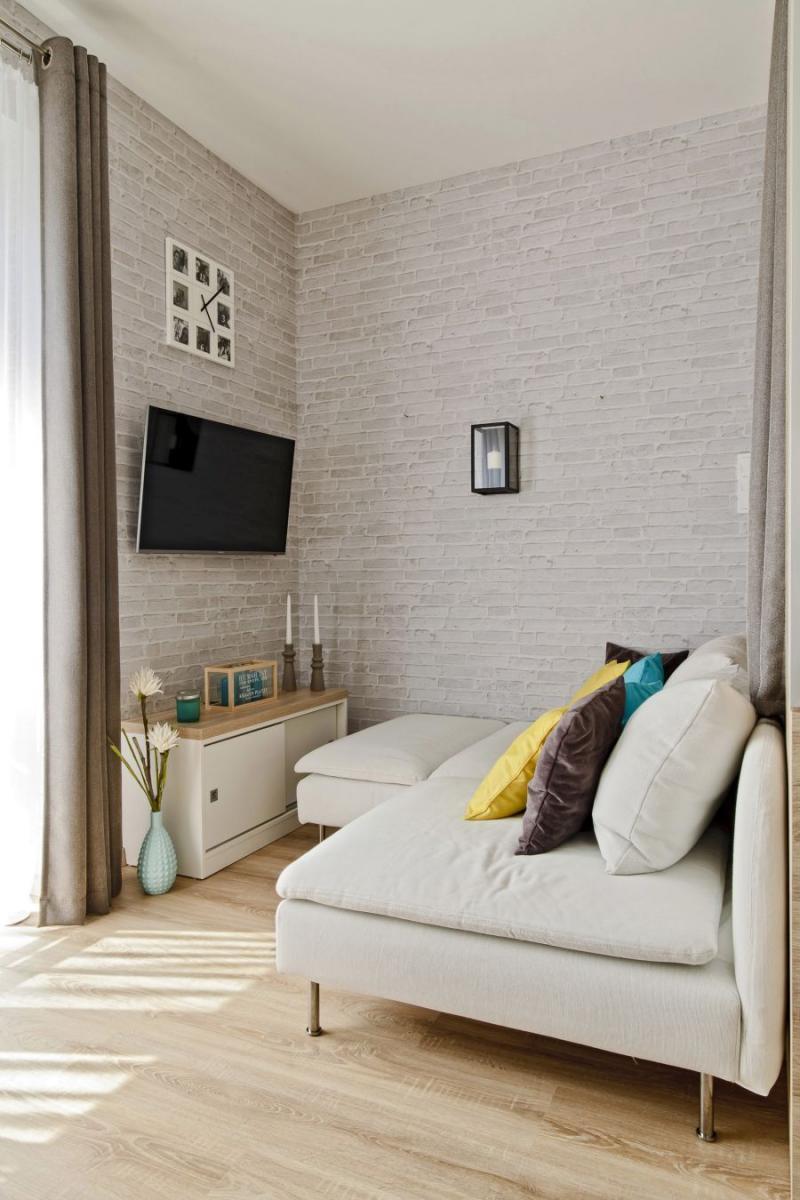 Téglafal mintás tapéta nappaliban fehér