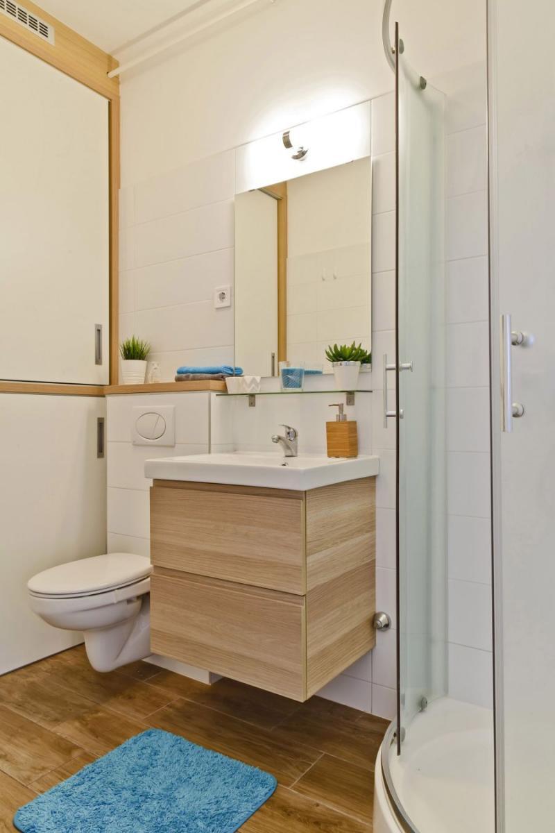 Világos fürdőszoba kis mosdóval