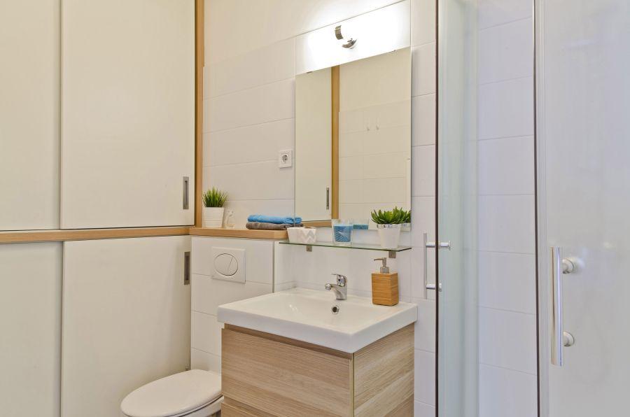 Tolóajtós szekrény a fürdőszobában
