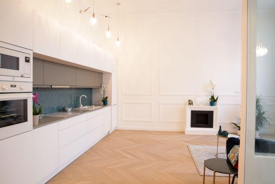 Nagy modern konyha belvárosi polgári lakásban