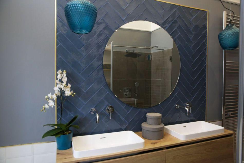 Fürdőszoba kerek tükörrel