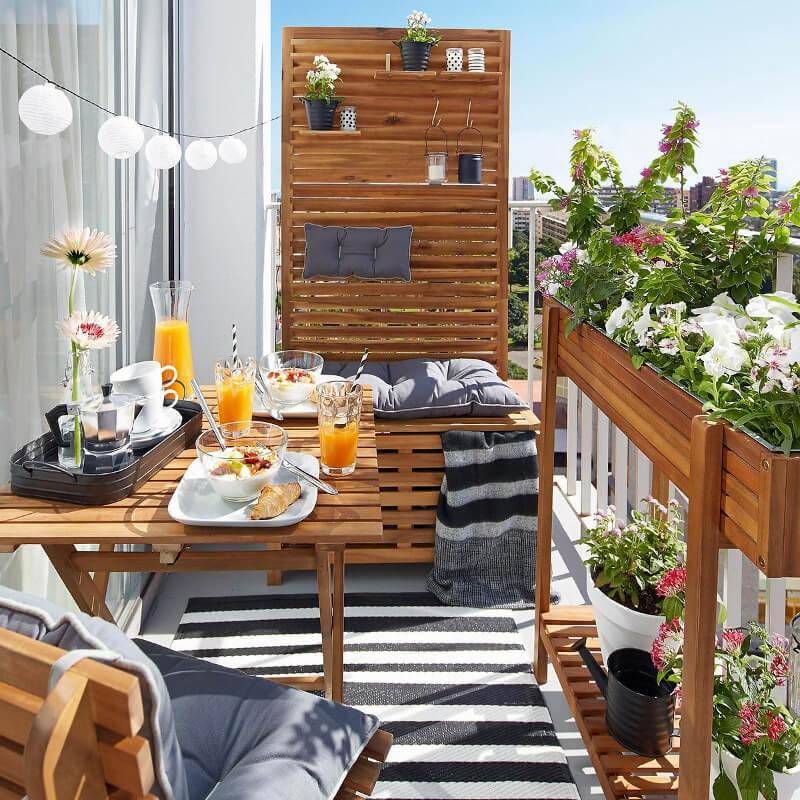 Balkon berendezés csíkos szőnyeg, takarófal