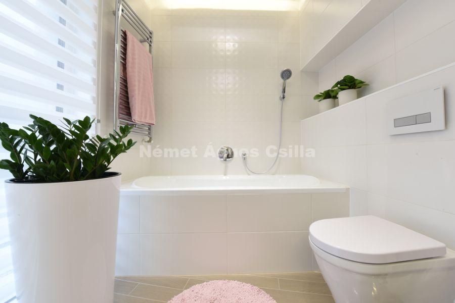 Német Ágnes Csilla - Családi ház lakberendezés Év lakberendezője díj fehér fürdőszoba