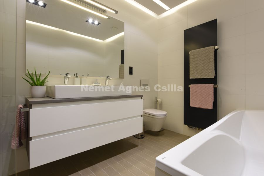 Német Ágnes Csilla - Családi ház lakberendezés Év lakberendezője díj egyedi fürdőszoba bútor