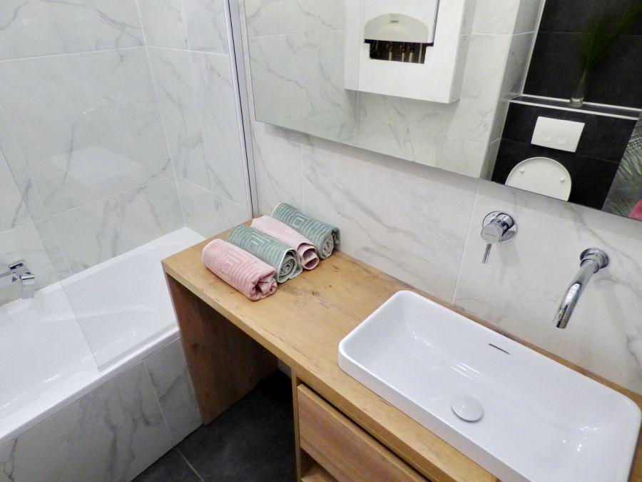 Márvány mintás falburkolat a fürdőszobában