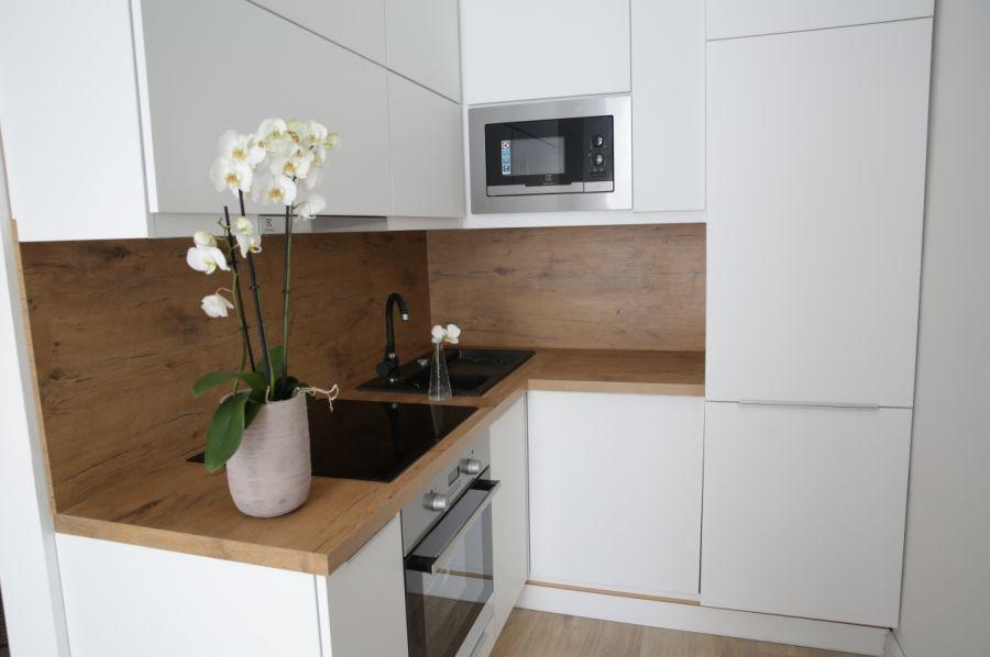 Fehér konyhabútor kis lakásban