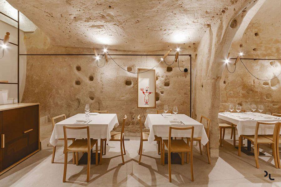 Pizzéria egy barlangban egyszerű asztalok