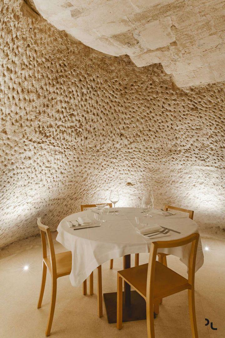 Pizzéria egy barlangban különleges falfelülettel