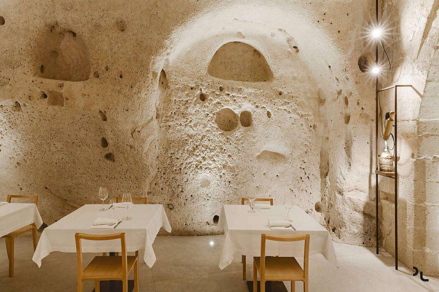 Pizzéria egy barlangban étkezőasztalok