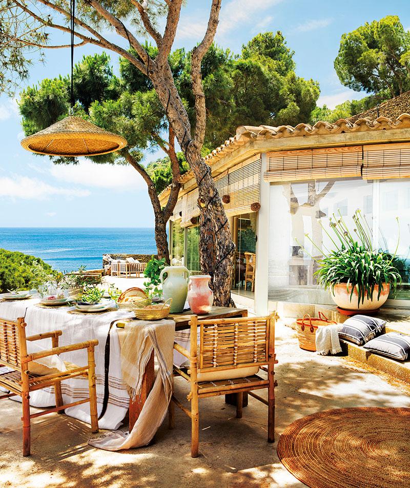 Mediterrán terasz rusztikus berendezéssel fonott székek