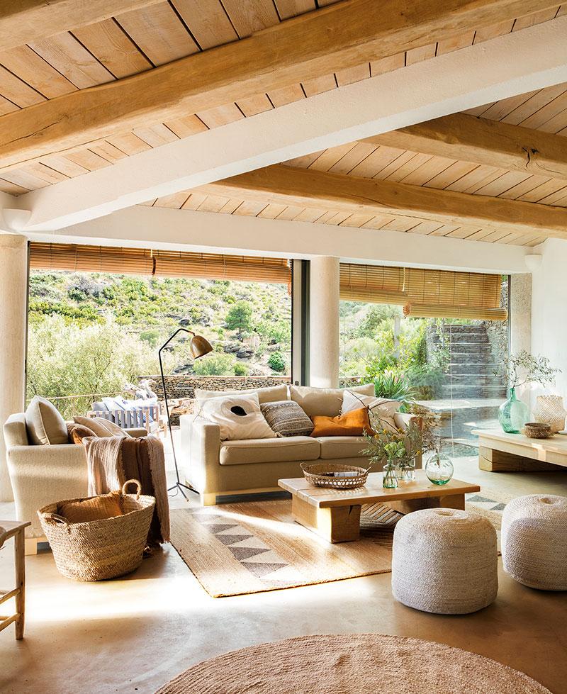 Natúr színű nappali vastag gerendákkal, natúr szőnyegekkel