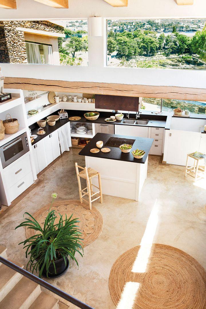 Szigetes konyha elrendezés a vízparti nyaralóban