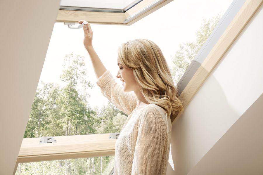 Fény tetőtéri szobában alsó kilincs tetőablak
