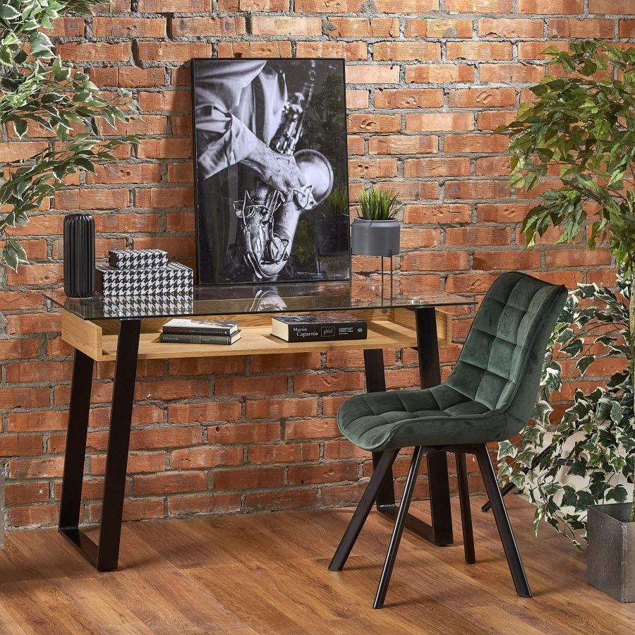 Íróasztal és szék falnál