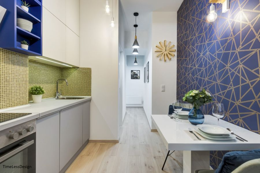 Étkező fal mellett konyhával és sárga mozaikcsempe