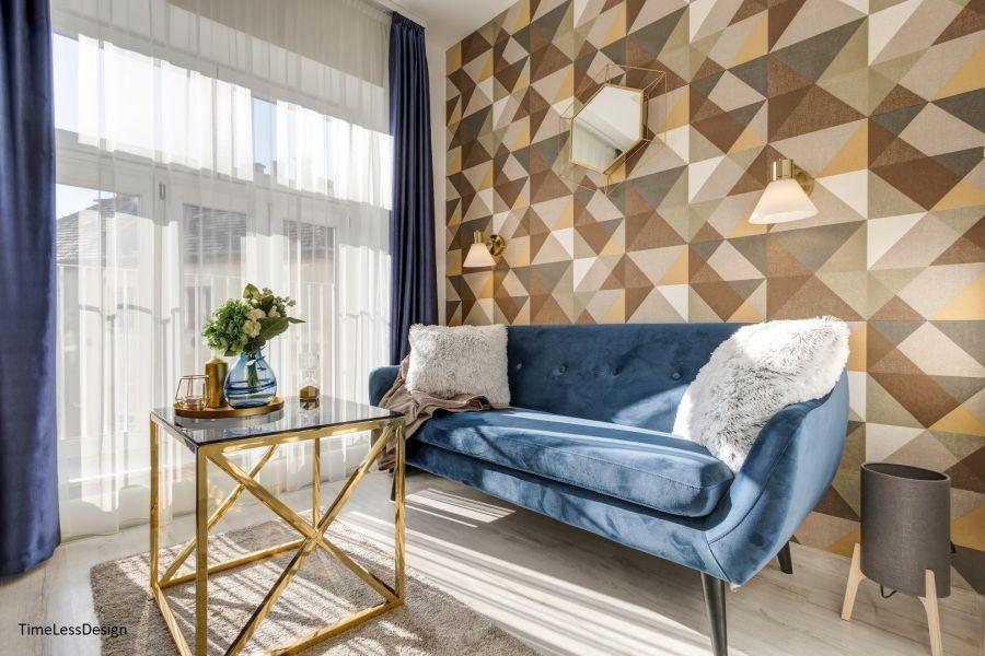 Geometriai mintás tapéta kék bársony kanapé
