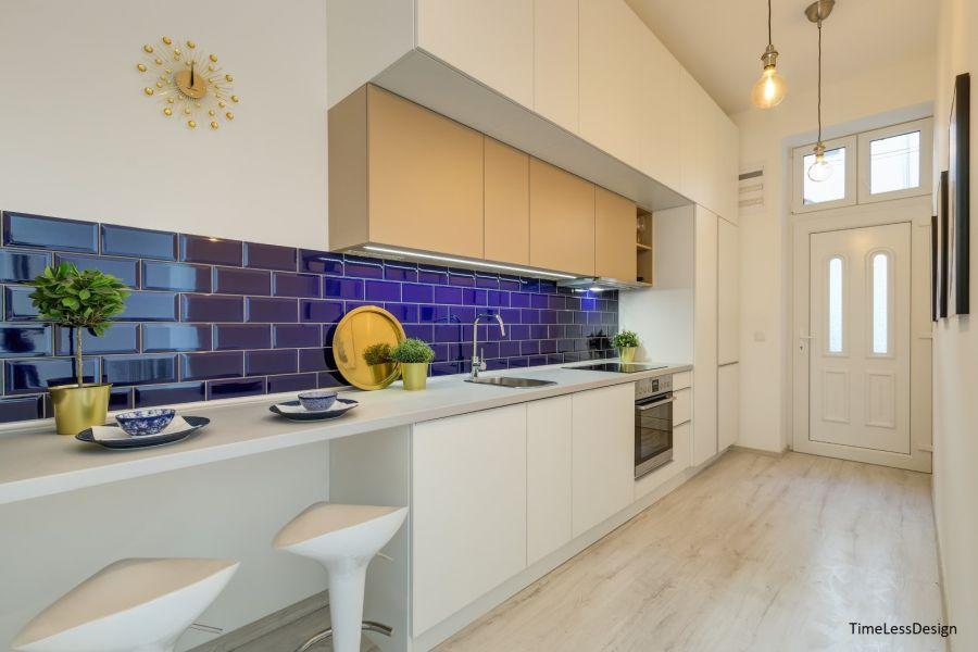 Fehér konyha kis lakásba kék metró csempe