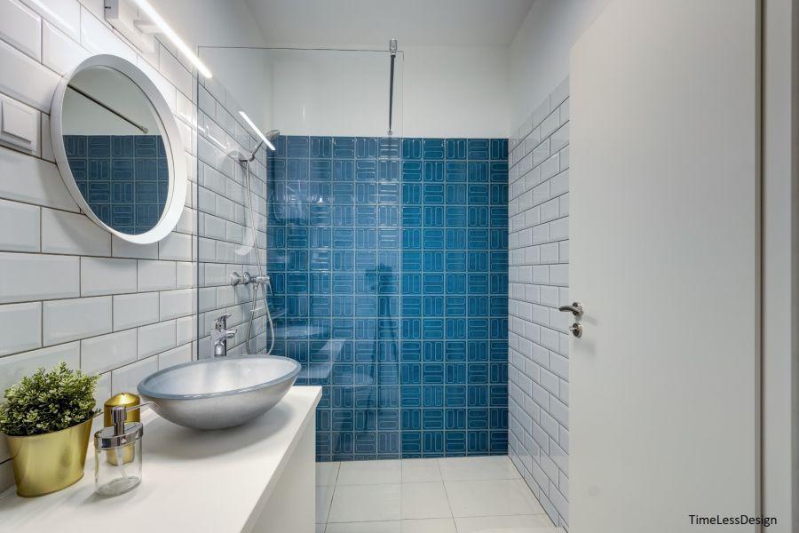 Mosdótál a fürdőszoban és kék retró falicsempe