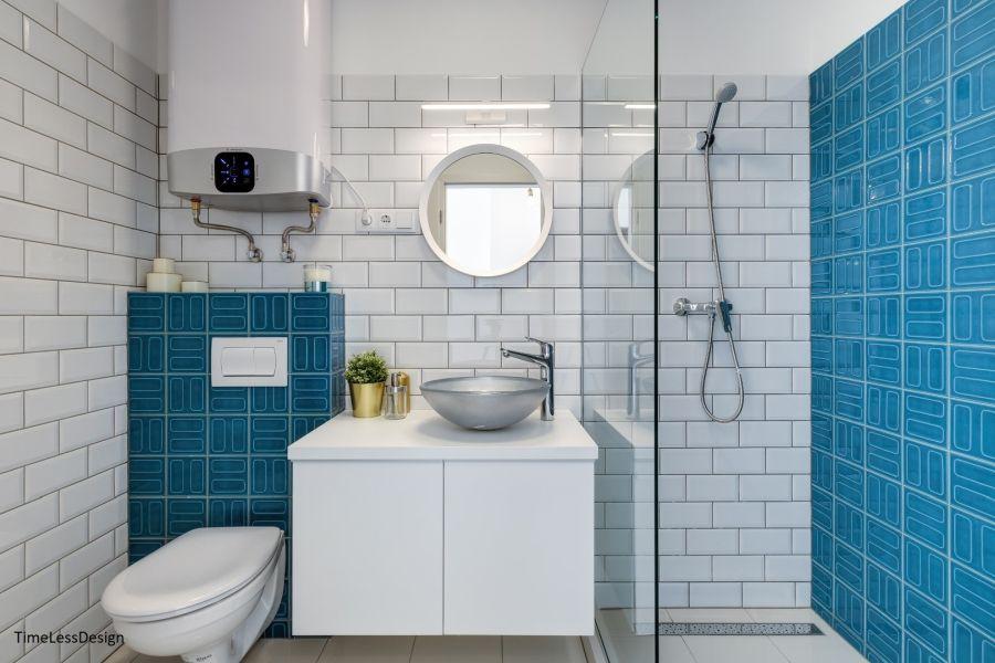 Zuhanyzós fürdőszoba kék-fehér burkolattal