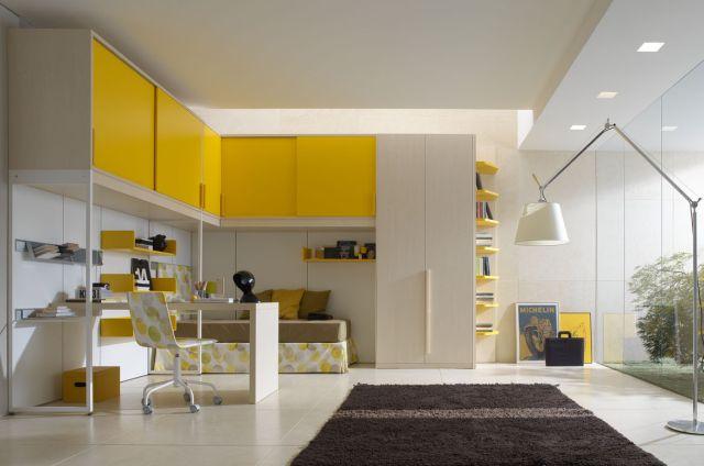 Gyerekszoba sárga és fehér bútorokkal