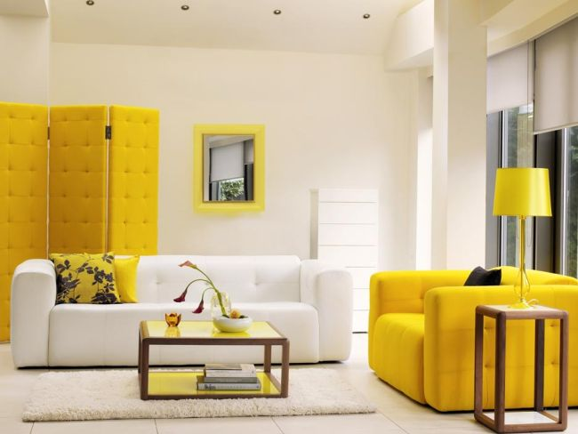 Sárga kanapé és paravánfal