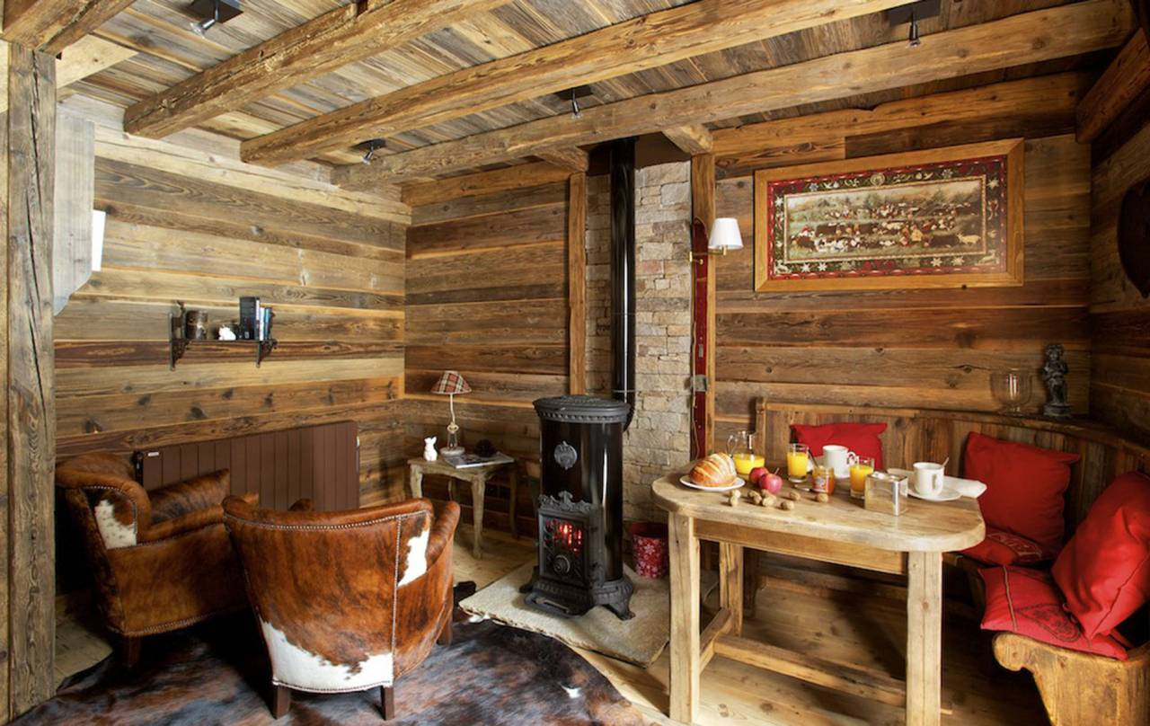 Reggelizősarok vaskályha a svájci faházban
