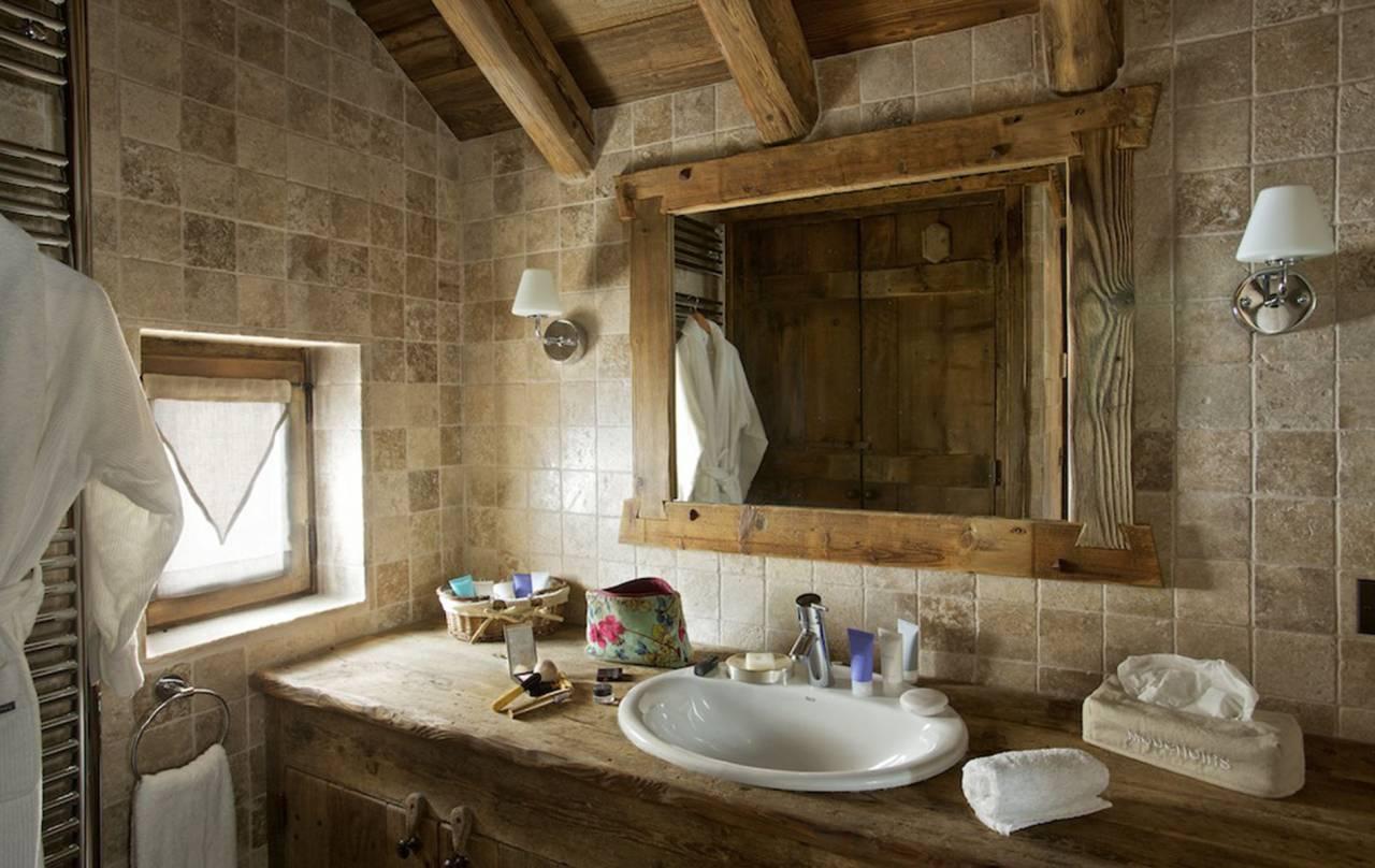 Rusztikus fürdőszoba a svájci faházban