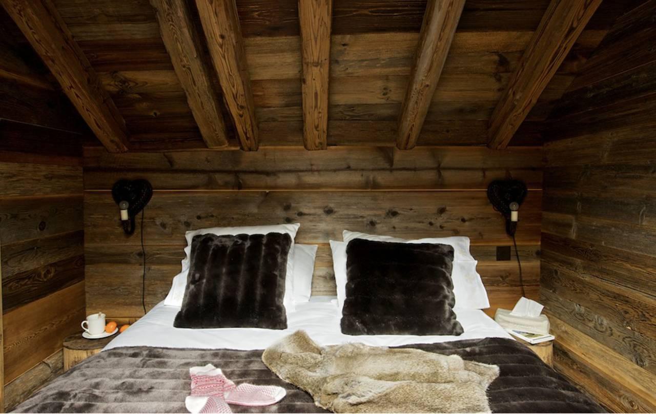 Szőrme és ágytakaró a faház hálószobájában