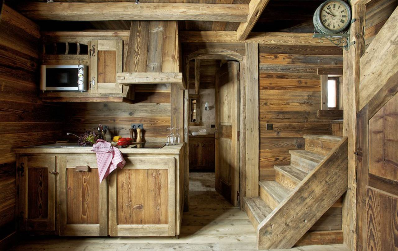 Tömörfa konyha és lépcsőfeljáró svájci faházban