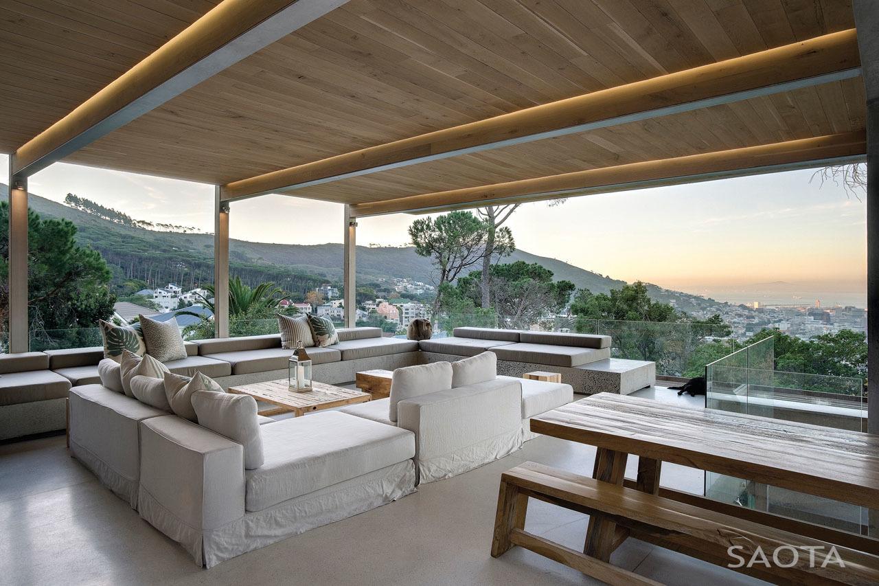 Hatalmas fedett terasz kényelmes kanapékkal