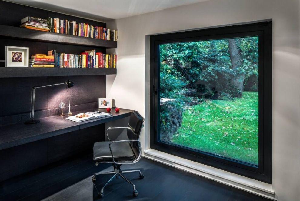 Home office nagy ablakkal a természetre