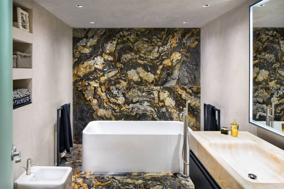 Igényes modern fürdőszoba különleges kőburkolattal