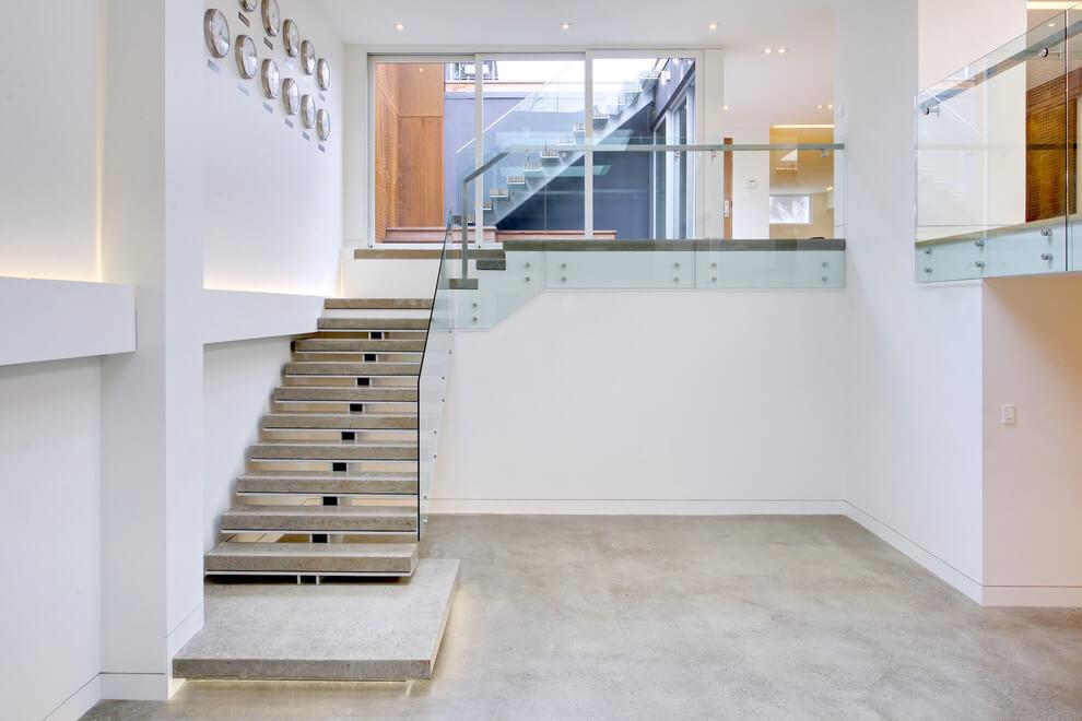 Modern lépcső üvegfalakkal