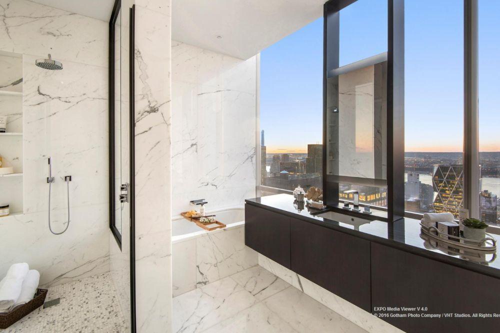 A márvánnyal burkolt fürdőszobából is