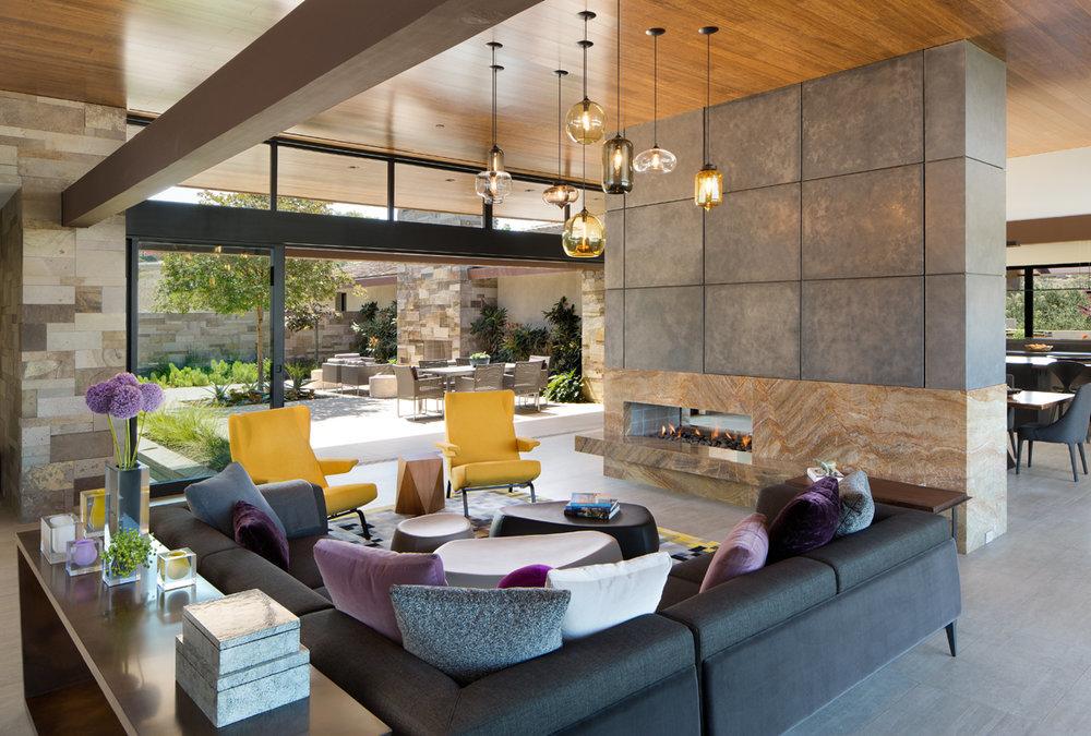 Nagy és kényelmes nappali szép falburkolattal