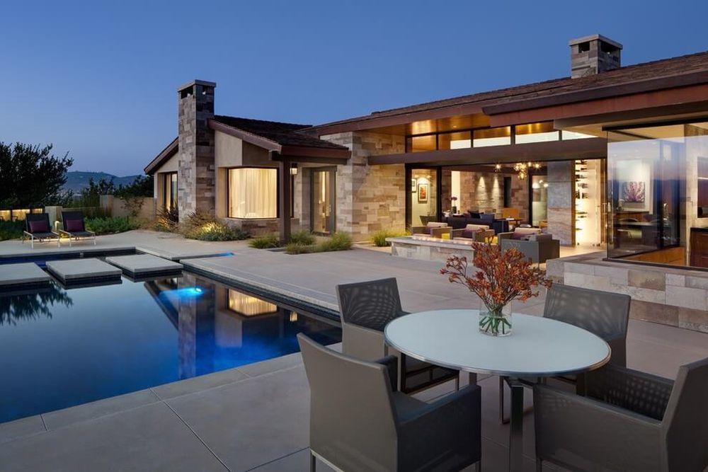Ilyen a ház kívülről, medencével, terasszal