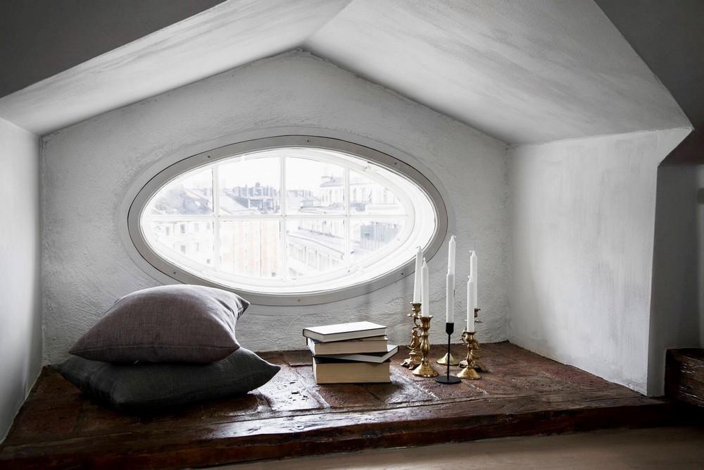 A kis olvasókuckó ovális ablakkal