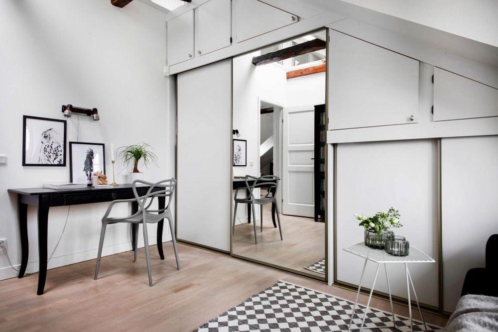 Svédországi tetőtéri otthon hangulatos olvasókuckóval