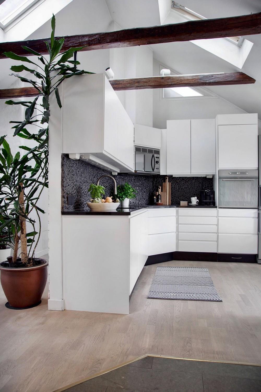 Hivalkodást kerülő egyszerű fehér konyhabútor