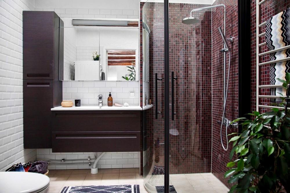 Fürdőszoba bordó mozaik burkolattal