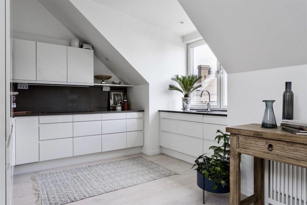 Modern fehér konyhabútor fogantyúk nélkül