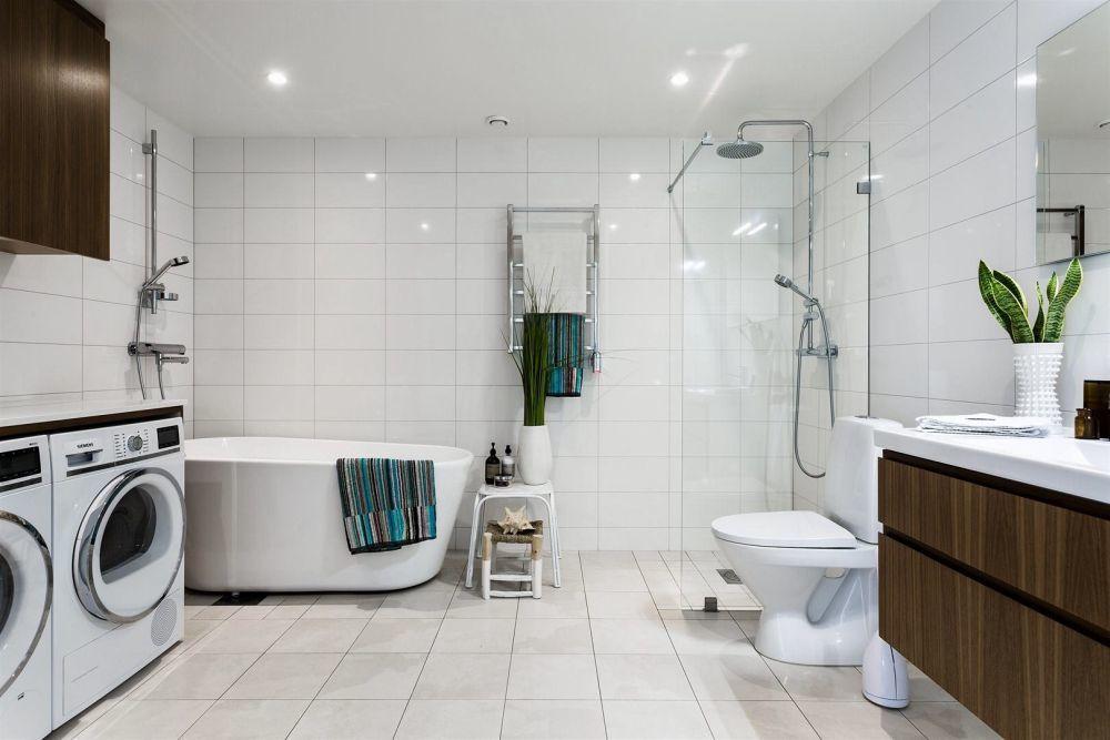Zuhanyzó és fürdőkád is kényelmesen elfér a fürdőszobában